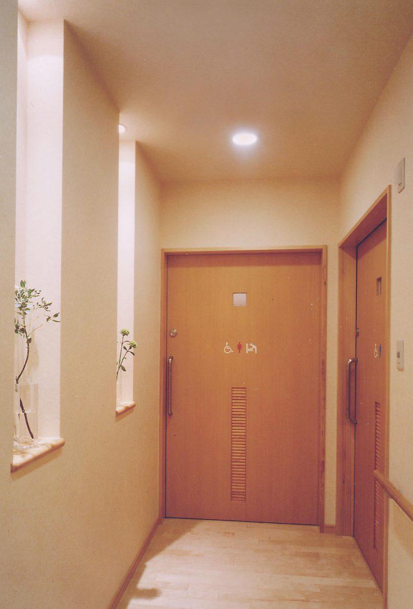 男女トイレ前飾り棚