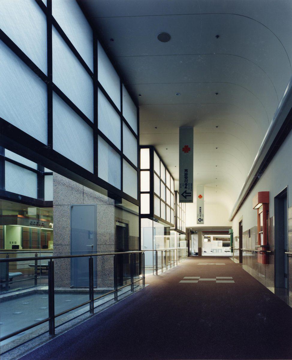 移転新築 外来部 中央廊下よりアトリウム方向をみる